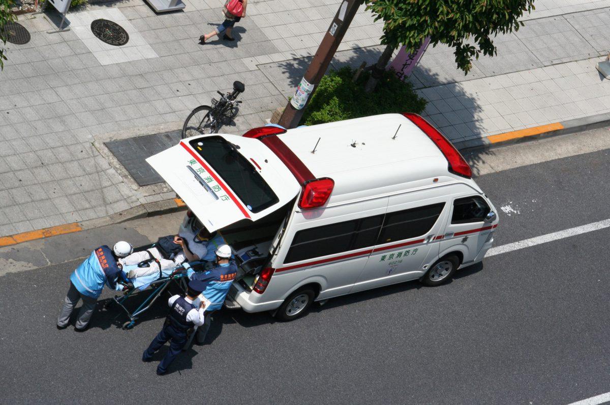 救護活動中の救急車と救急隊員