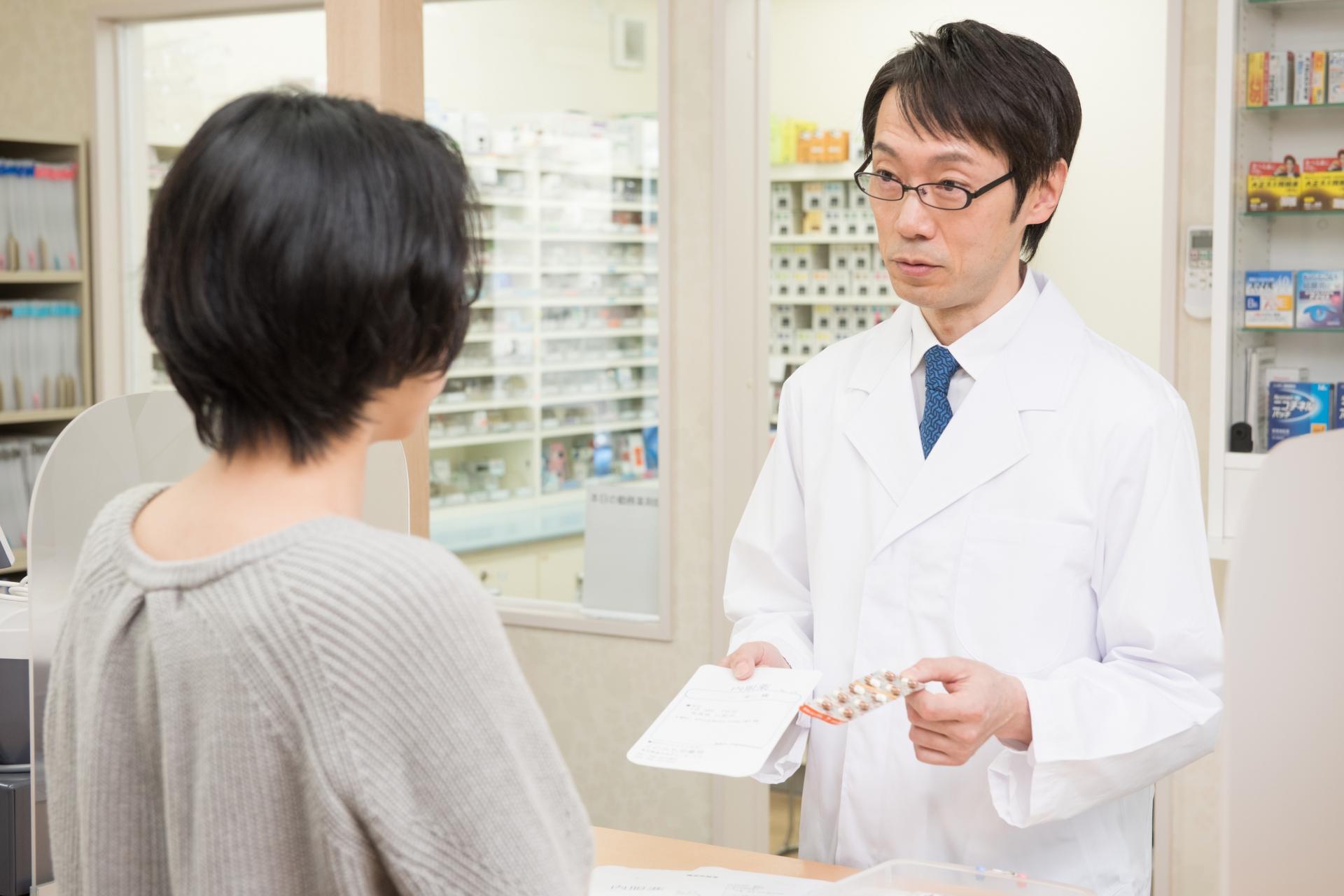 調剤薬局で処方箋を受け取る