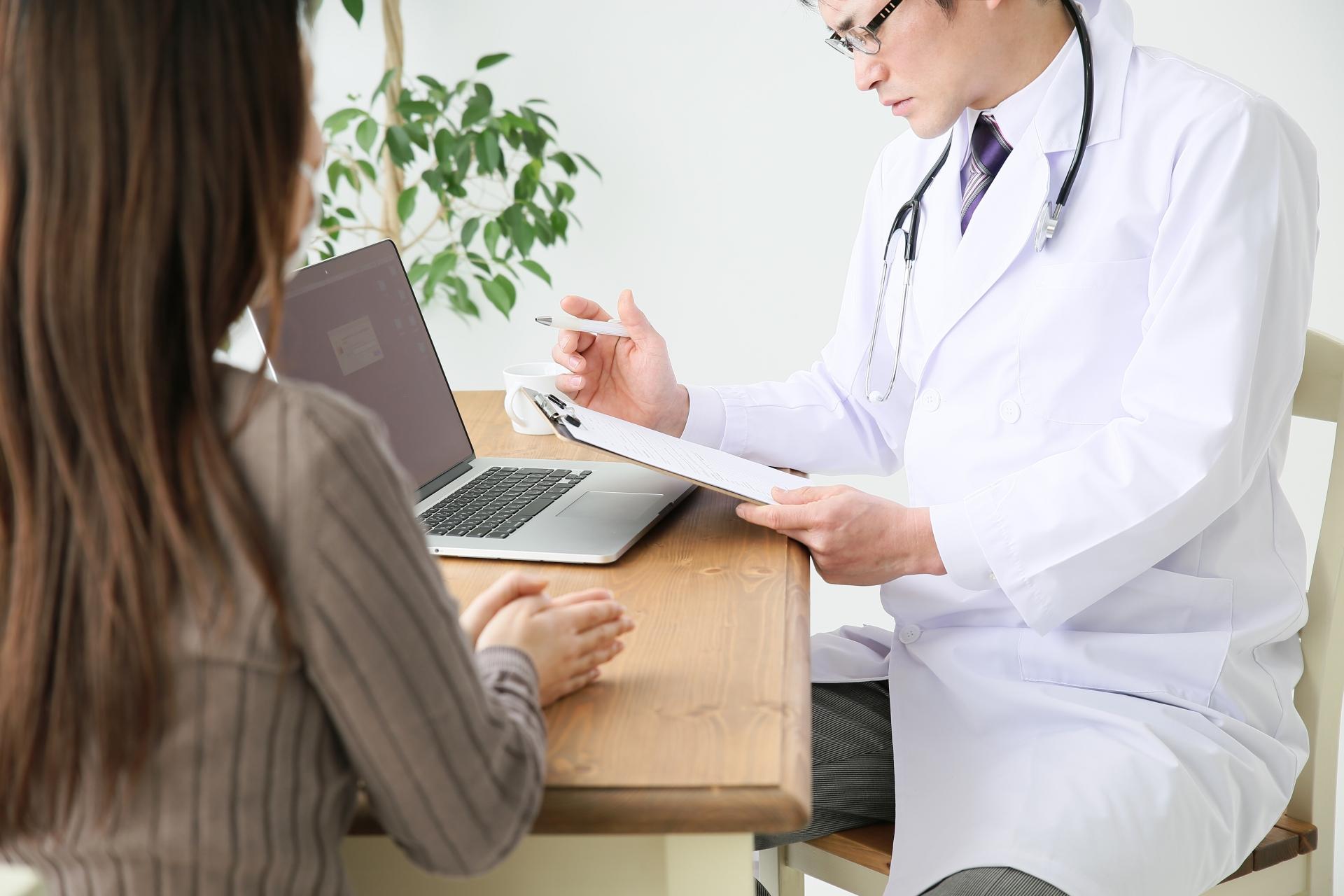 診察するドクター