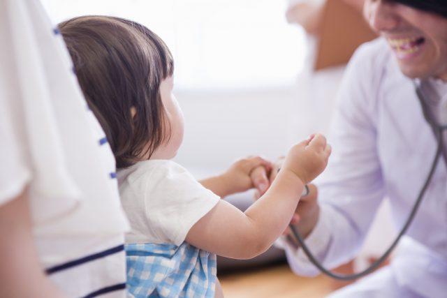 子供を診察する医者と看護士