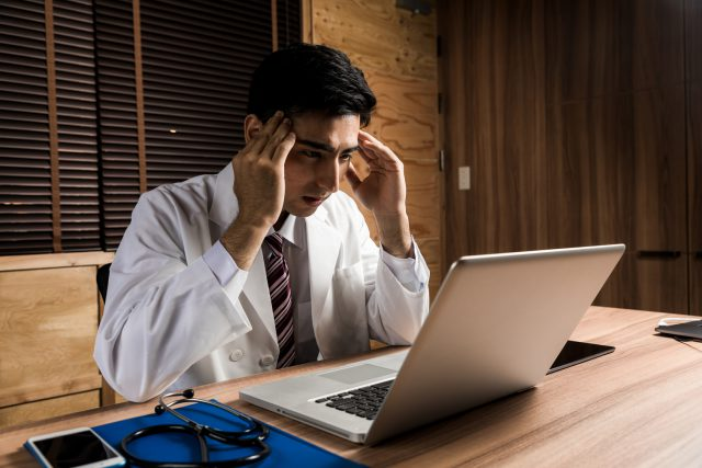 深刻な表情の男性医師