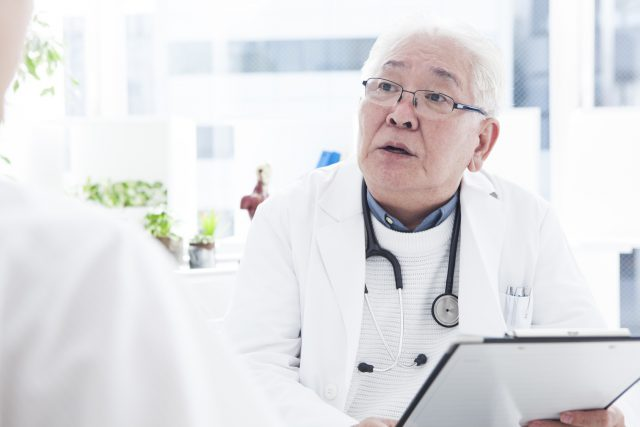 A geriatric doctor who consults a patient