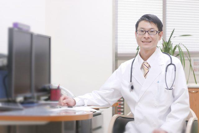 診察室で患者を迎える男性医師
