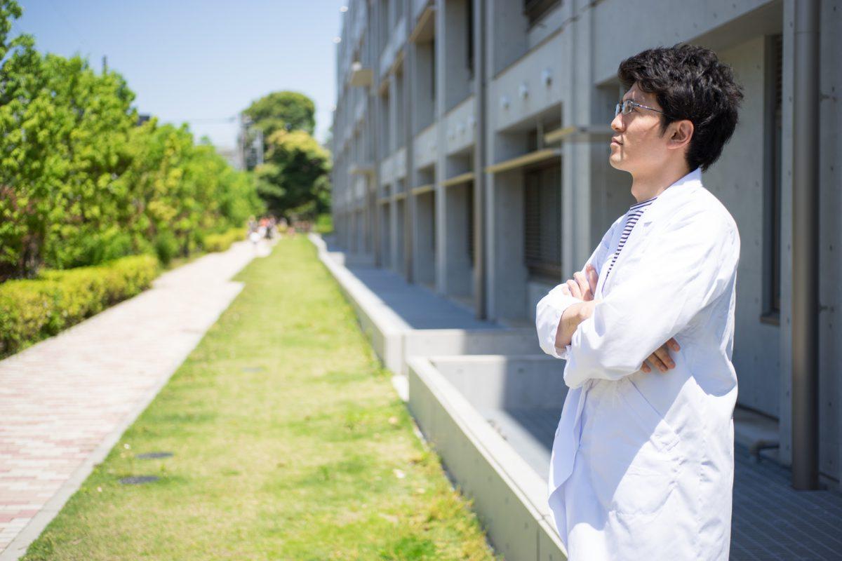 白衣を着た男性(医療イメージ・働く・仕事)