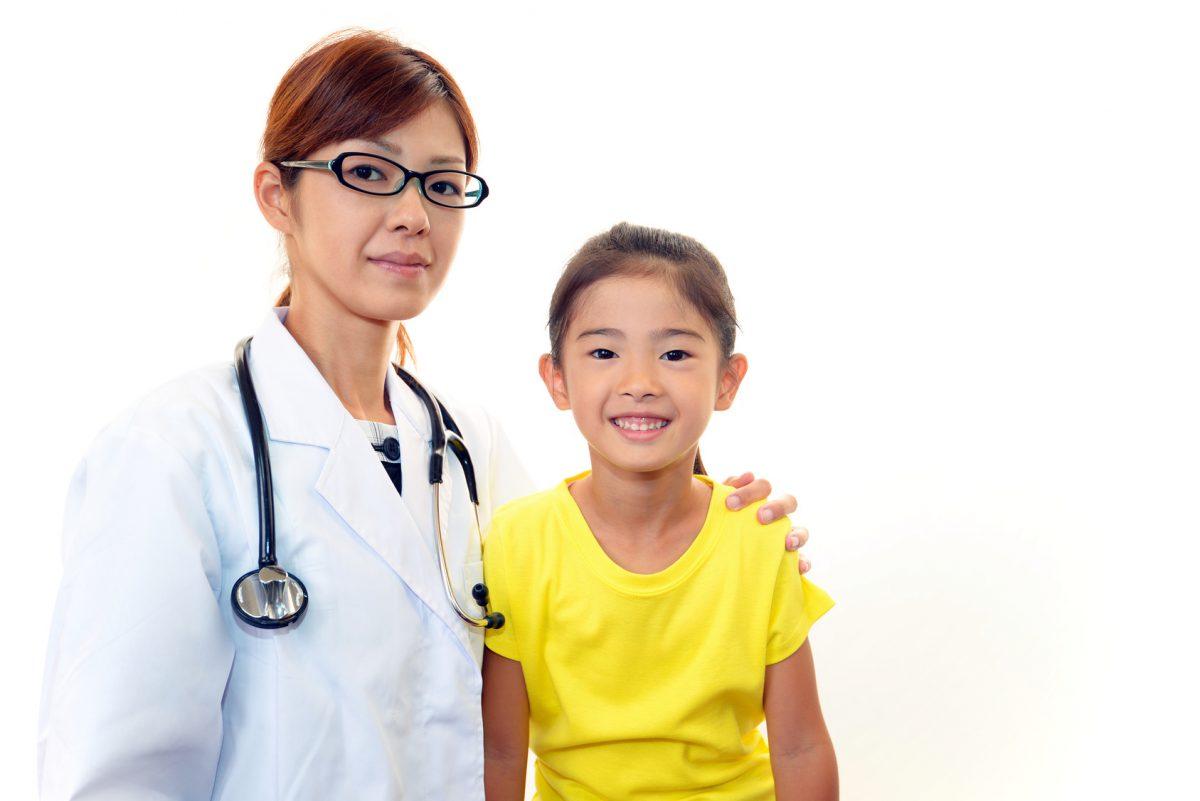 笑顔の女医と女の子