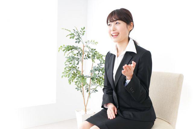 面接を受ける若い日本人の女性