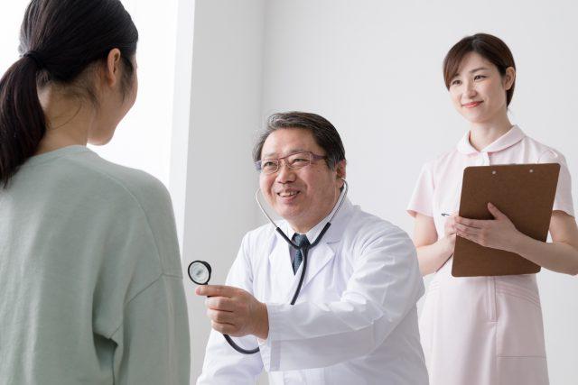 聴診器で患者を診る医者