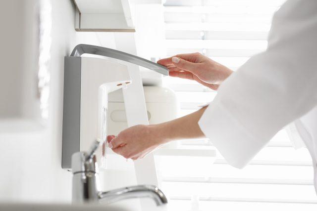 Lekarz dezynfekuje ręce. Lekarz myje ręce, dezynfekuje ręce przed rozpoczęciem operacji