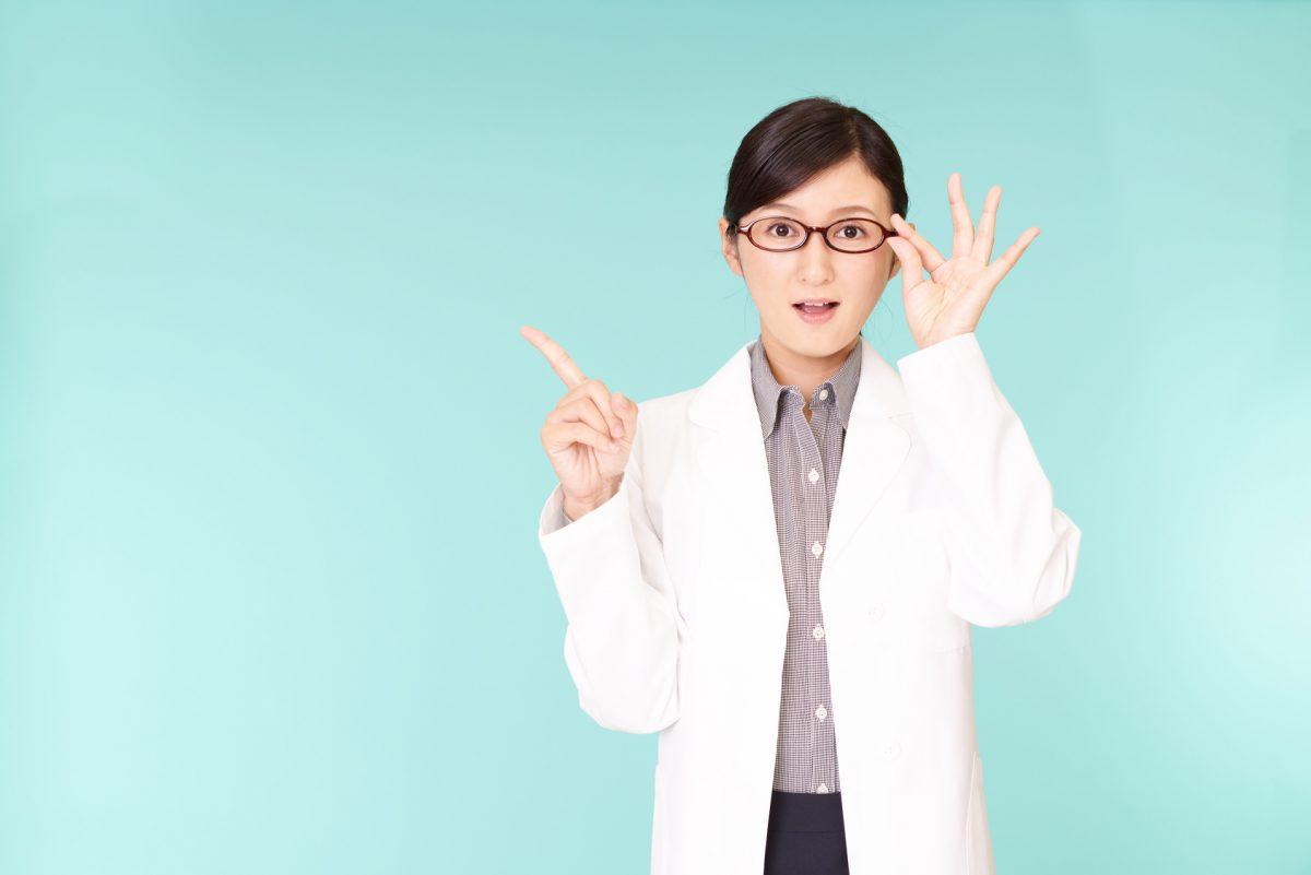驚いた表情の女医