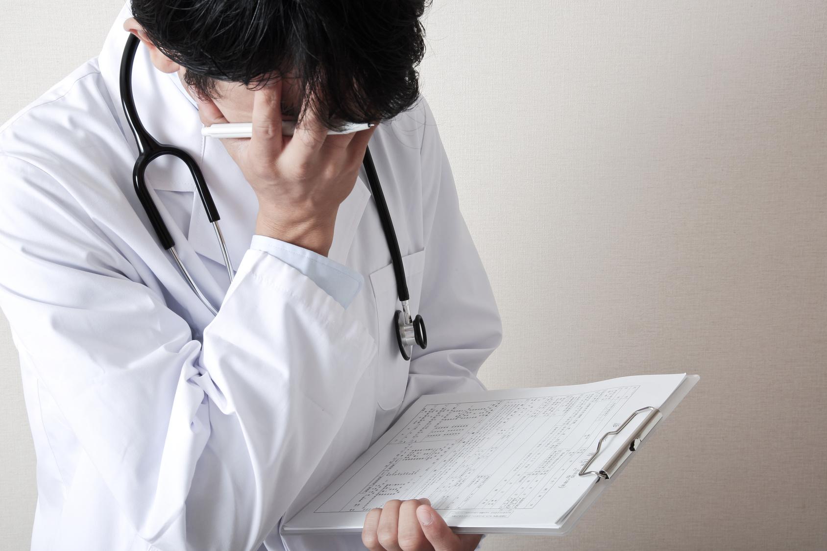 悩んでいる若い医者