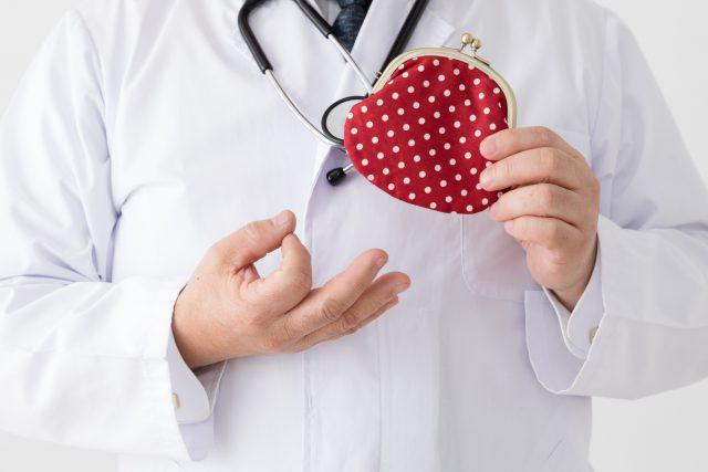 財布を持つ医者、中年男性