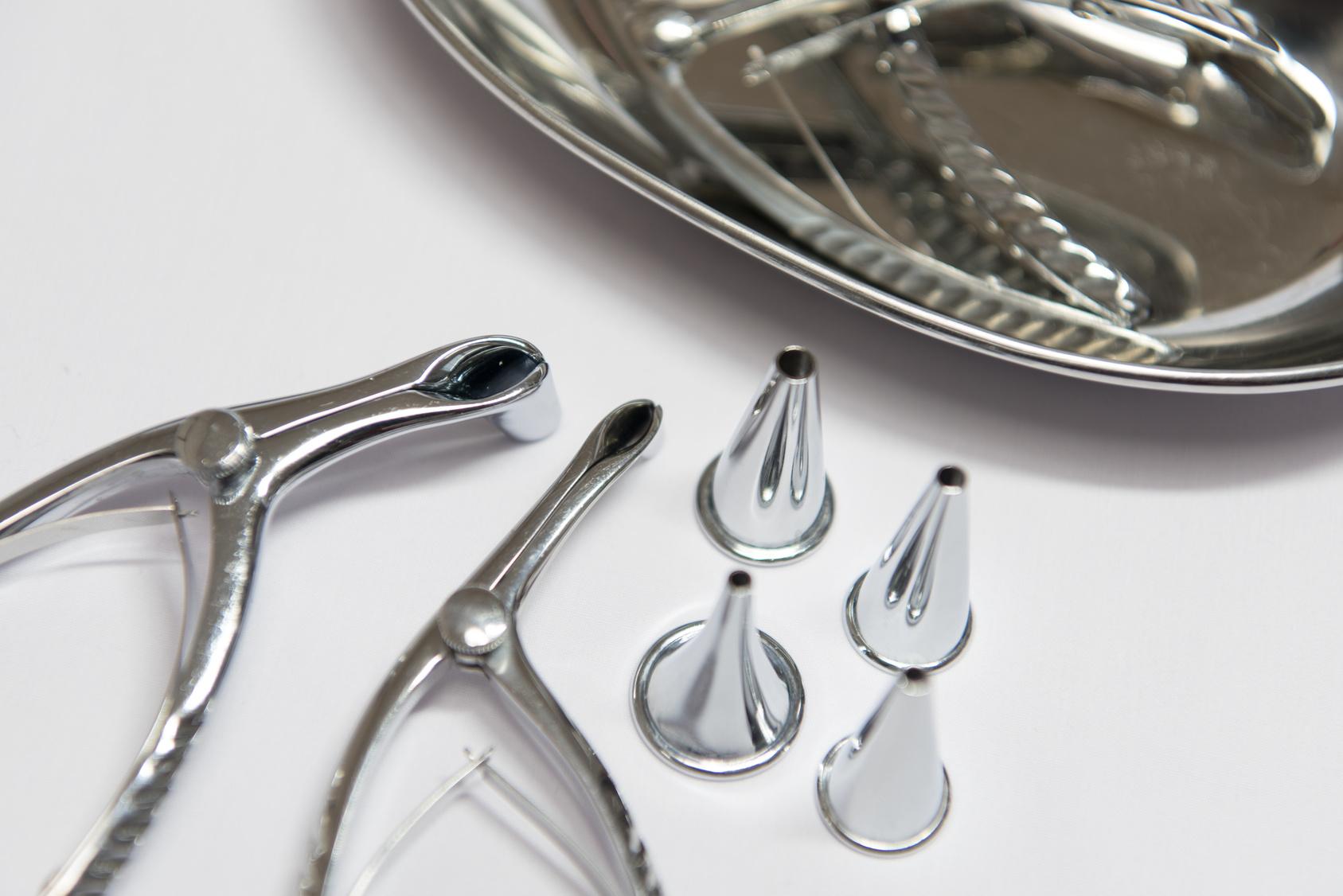 耳鼻科の診療器具、鼻鏡、耳鏡、膿盆