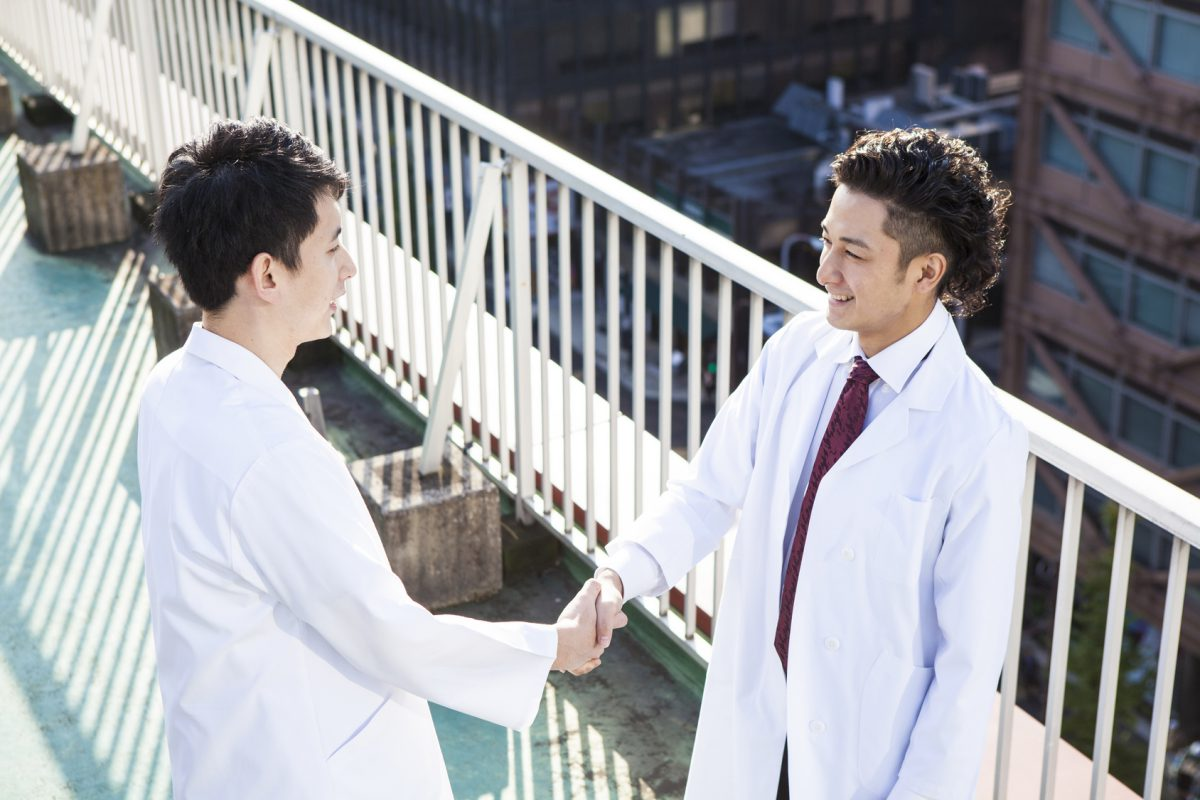 Doctors are shaking hands at the hospital's rooftop